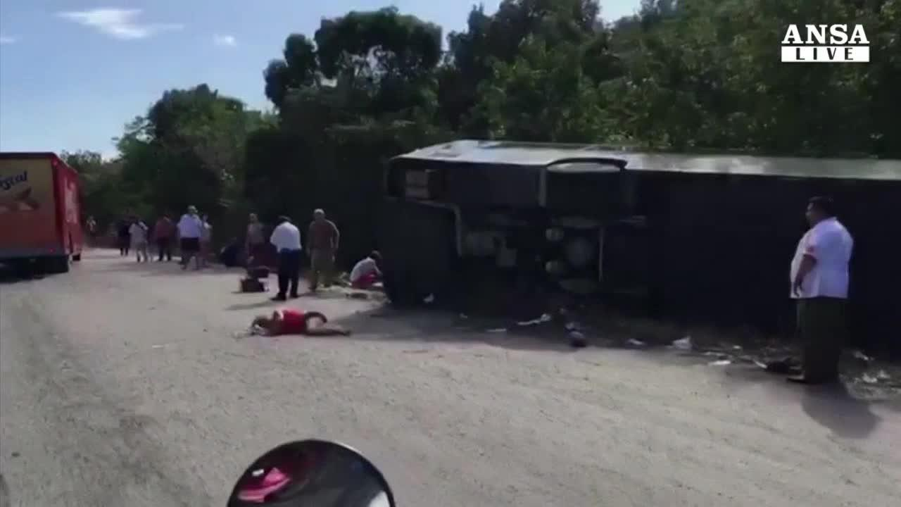 Bus turistico si ribalta in Messico, 12 morti